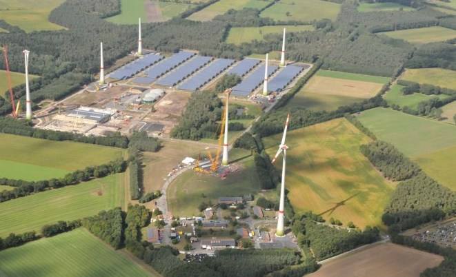 Ein starkes Stück bürgerlichen Engagements: der von Windrädern umrahmte Bioenergiepark im münsterländischen Saerbeck. (© Gemeinde Saerbeck)