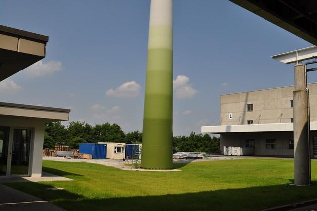 Die Basis der eigenen Energieversorgung: Stutes Windrad neben einer Produktionshalle.